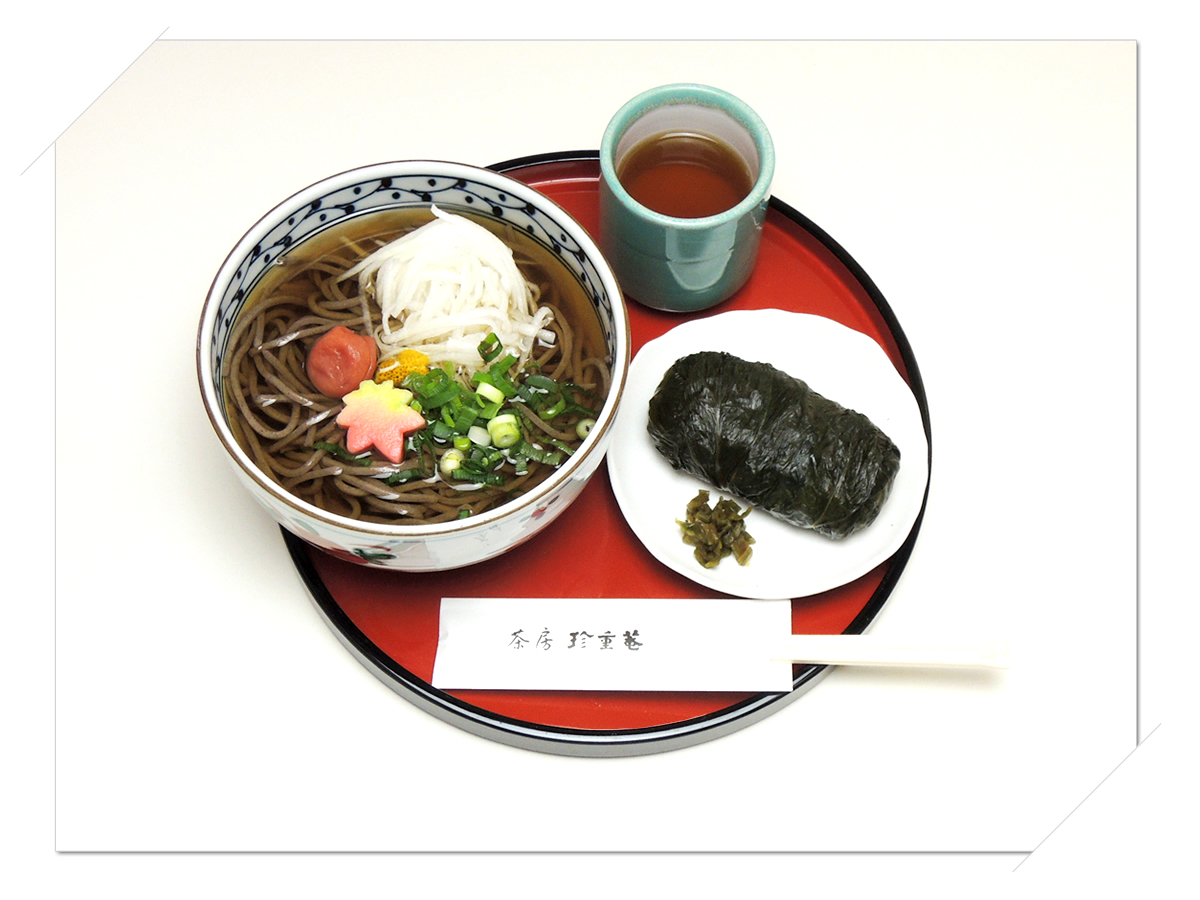 熊野本宮大社参道脇にある甘味処・お食事処「茶房珍重庵 本宮店」メニュー写真 もうでそば めはり寿司 1個付き