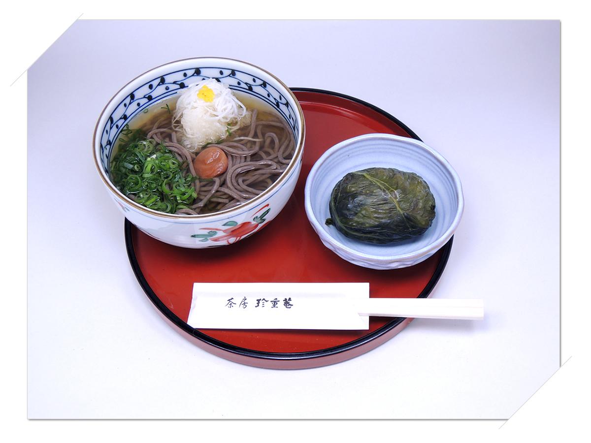 熊野那智大社・那智の滝・青岸渡寺の側 甘味処・お食事処・喫茶「茶房珍重庵 那智山店」メニュー写真 もうでそば めはり寿司1個付き